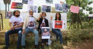 عائلات الراضي والريسوني تعتصم أمام سجن عكاشة
